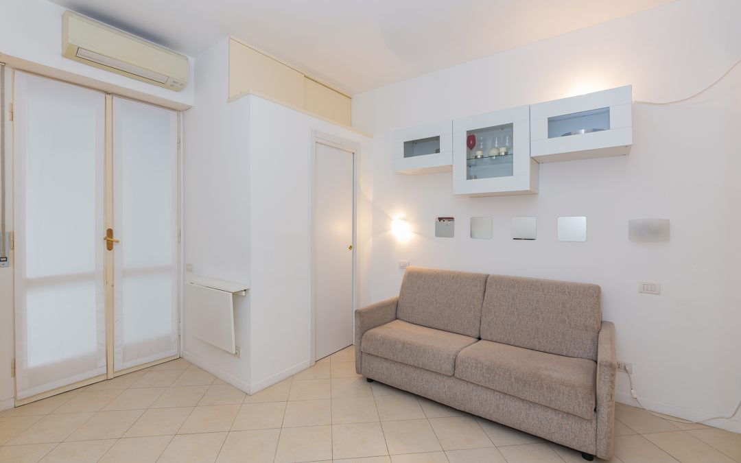 Funzionale monolocale con balcone, bagno finestrato e cantina, secondo piano, LIBERO SUBITO!! Via Andrea Costa, Milano.